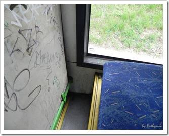 ide egy gyerkőc befér, csak, ha mozog a busz, akkorn tuti nem tudja felpakolni anyája...